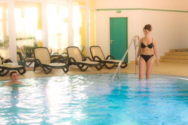 Das Hallenbad des Wellnesshotels Binder Bayerischer Wald hat einen beheizten Pool.