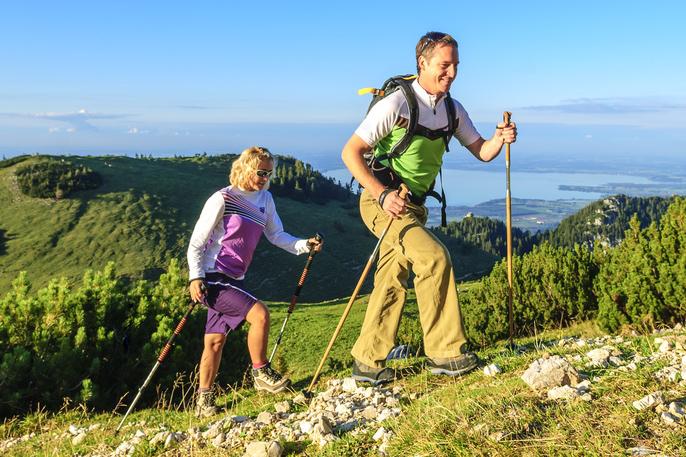 Urlaub im Bayerischen Wald mit Nordic Walking Tour durch die bergige Natur.
