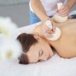 Die Massage mit Kräuterstempel wird im Wellness und Spa Binder bei Passau von ausgebildeten Spezialisten durchgeführt.