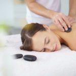 Eine entspannende Massage mit heißen Steinen im Wellnesshotel Binder im Passauer Land.