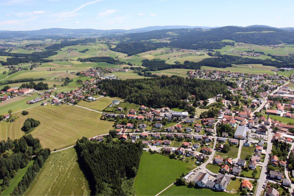 Hotel Bayerischer Wald Binder Büchlberg gelegen bei Passau und dem Nationalpark Bayerischer Wald Luftbild