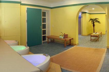Erleben Sie ein belebendes Fußbad mit den Fußsprudelbecken im Wellnesshotel Binder in Büchlberg bei Passau.