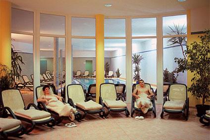 Zur Sauna-Landschaft des Wellnesshotels Binder bei Passau gehört ein Ruheraum, in dem Sie Ruhe und Erholung finden.
